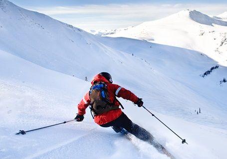Обучение катанию на горных лыжах.